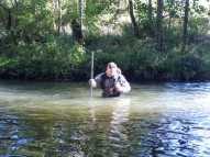 Loïc en waders réalise un relevé de hauteur d'eau