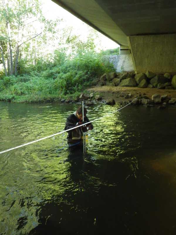 Baadïs en waders réalise un jaugeage avec notre courantomètre (Hydreka - BFM801) sur la Sioule