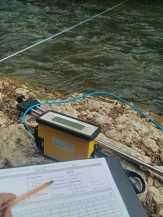 Vue sur notre courantomètre (Hydreka - BFM801) devant la rivière Suran au droit du seuil de Chateauvieux