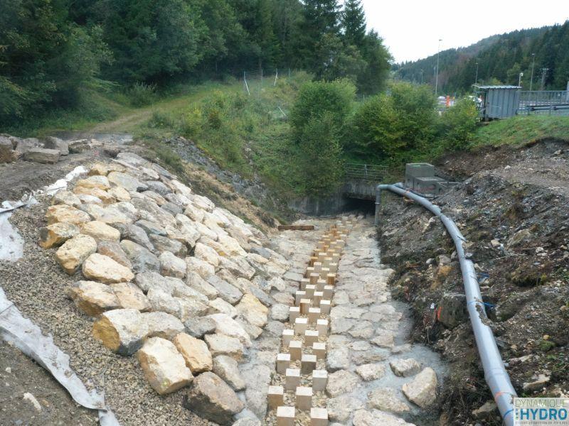 Vue de la rampe rugueuse à macrorugosité pour le rétablissement de la continuité écologique - en chantier