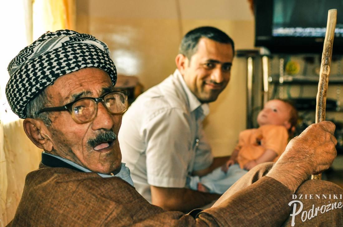 Haji (na drugim planie) z ojcem i z synem