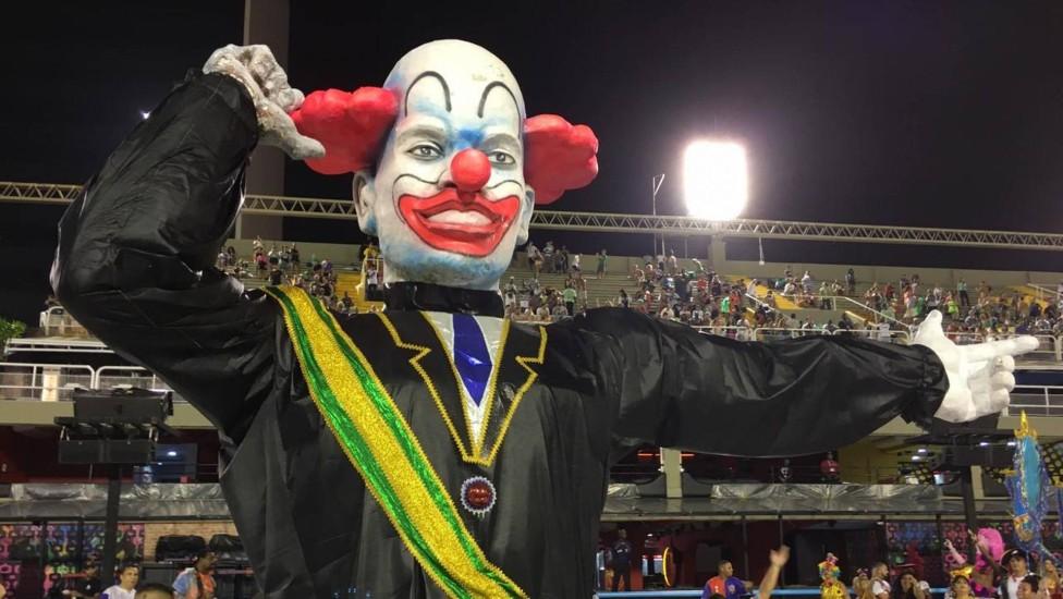 tripe bolsonaro.jpeg - O palhaço gigante de escola de samba do Rio de Janeiro tinha só 9 dedos?