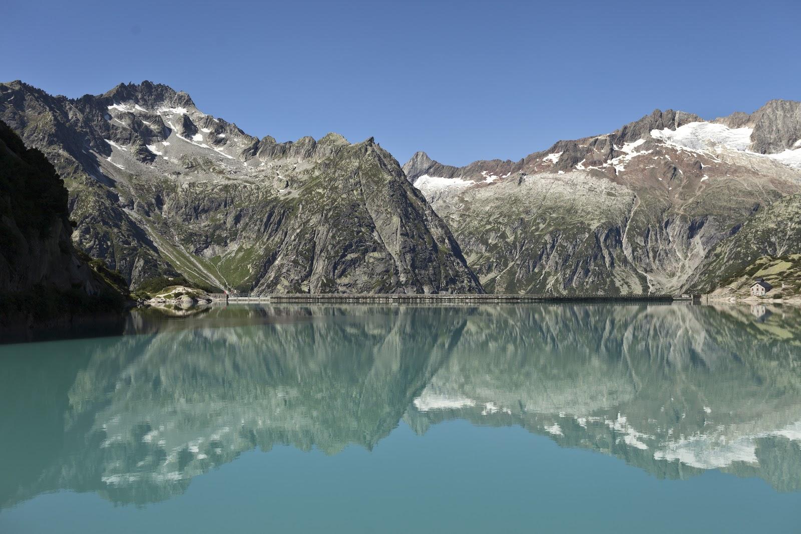 Spettacolare vista del Lago Gelmer dal passo del Grimsel. (Keystone/Gaetan Bally)