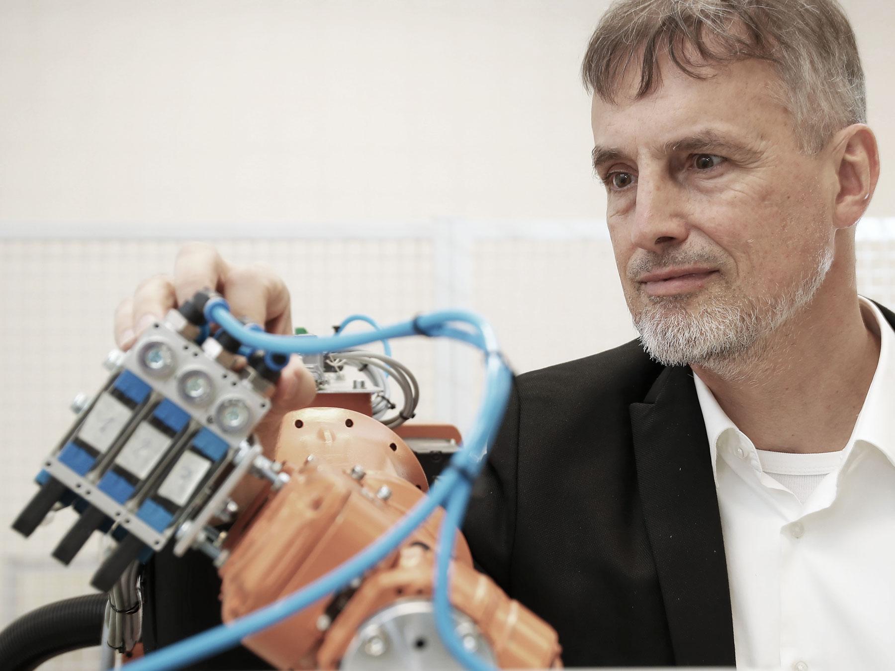 : L'uomo è ancora più intelligente della macchina: Schmidhuber insieme a un robot.