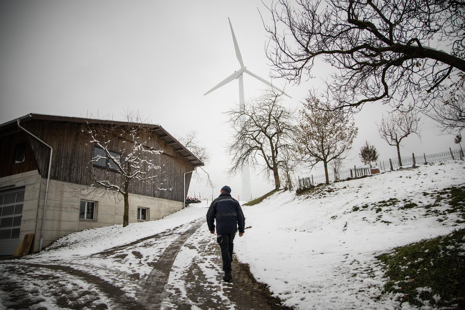 Roland Aregger se dirigeant vers l'une de ses éoliennes.