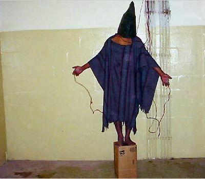 El prisionero conocido como 'Gilligan' en Abu Ghraib, 2003.
