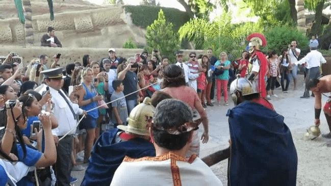 Fig. 10 Una multitud se agolpa ante la representación de la vía Dolorosa hacia el Calvario durante la pasión viviente del viernes santo.