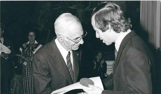 Figura 11. Septiembre 1978. Recibiendo del Príncipe de Liechtenstein la Medalla de Honor del Instituto Internacional de Castillos
