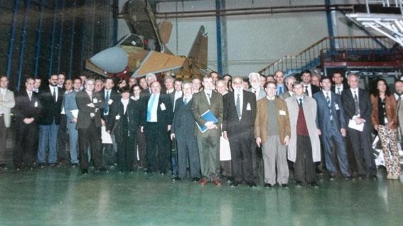 Figura 6. Año 2003. Leonardo en la visita a las instalaciones de Airbus, con miembros del Comité de Metrología de la AEC, de ENAC, del Ministerio de Industria, del CEM, de la Universidad Carlos III y de Airbus.