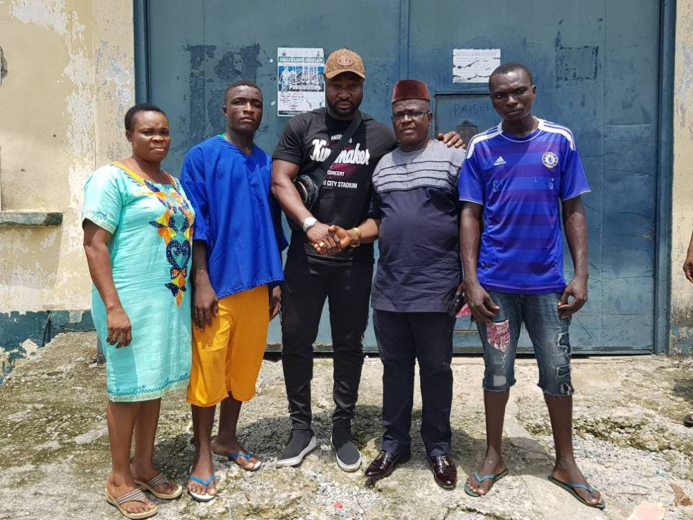 Harrysong flanked by the released inmates and prison officials