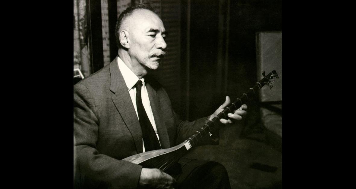 Ostad Elahi jouant du tanbur, 1966