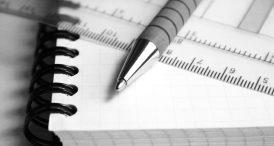 stylo sur un cahier noir