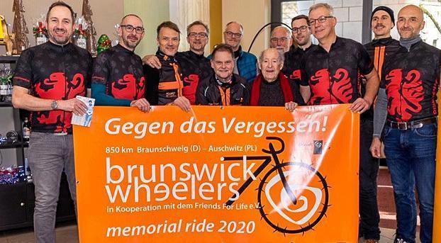 """Die """"brunswick wheelers"""" wollen die 850 Kilometer nach Auschwitz mit dem Rad zurücklegen. Sally Perel (vorn, rechts) hat die Schirmherrschaft für die Gedenkfahrt übernommen. <b>Privat</b>"""