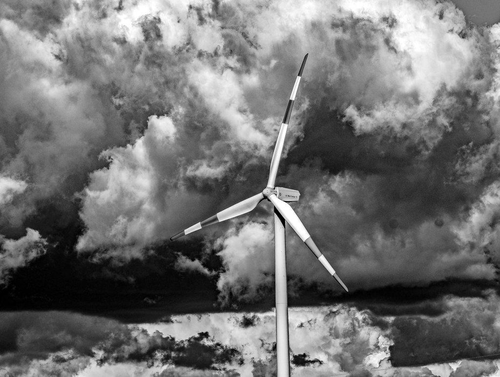 Eine schwarz-weiß in Szene gesetzte Wolkenfront bei Einum. Auch um mögliche Windräder in der Gemeinde Nordstemmen braut sich etwas zusammen. foto: chris Gossmann