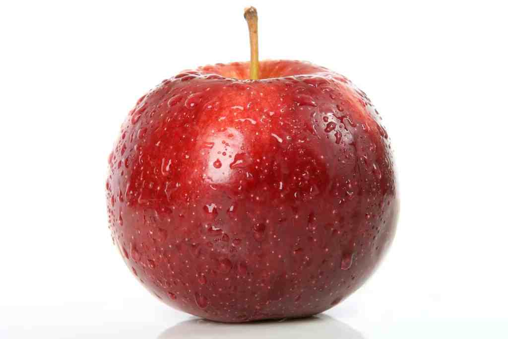 photo d'une pomme rouge et mouillée