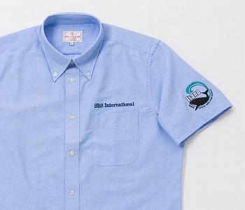 左胸ポケットの上と左袖の2ヵ所に刺繍