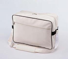 エナメルバッグのオフホワイト