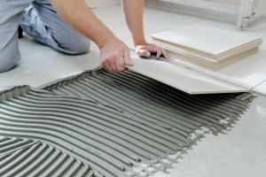 Полагаме керамични плочки върху тънък флекс лепило директно върху сухия под.