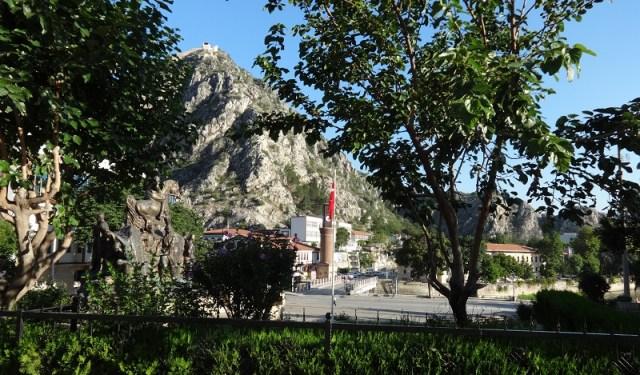 Το άγαλμα του Κεμάλ στην κεντρική πλατεία της Αμάσειας με φόντο, στο βάθος, τη γέφυρα της πόλης (φωτ.: pontos-news.gr)