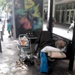Αστεγος Στην οδό Αθηνας...εδώ κ 2 εβδομαδες σε στάση Λεωφορείου με καθετηρα... ΠΡΟΦΑΝΩΣ ΕΙΝΑΙ ΕΛΛΗΝΑΣ ΚΑΙ ΔΕΝ ΕΙΝΑΙ ΜΕΤΑΝΑΣΤΗΣ
