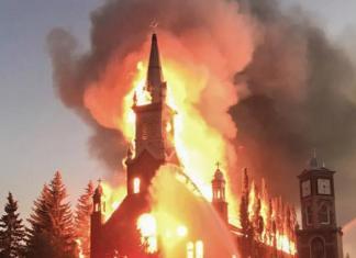 Καναδάς : Καίνε καθολικές εκκλησίες μετά την αποκάλυψη ομαδικών παιδικών τάφων στα οικοτροφία