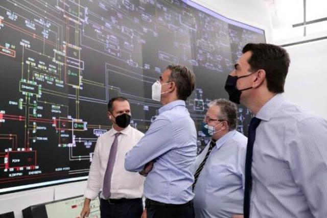 Στην αίθουσα ελέγχου του Ανεξάρτητου Διαχειριστή Μεταφοράς Ηλεκτρικής Ενέργειας (ΑΔΜΗΕ), ο Πρωθυπουργός ενημερώθηκε αναλυτικά για τις έκτακτες συνθήκες που επικρατούν ολόκληρη την χώρα λόγω του παρατεταμένου καύσωνα, για την παραγωγή των λιγνιτικών σταθμών, την παραγωγή των σταθμών φυσικού αερίου, των υδροηλεκτρικών σταθμών καθώς και των ΑΠΕ.