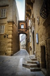 Whether the curved streets were designed to effectively ventilate the streets, to prevent arrows from flying far and so making the capital easier to defend, or to silence unwanted noise, is a matter of debate