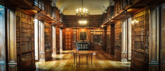 The height of the visit for us was the Old Library, founded in the 17th century with a collection of more than 20.000 books dating from the 14th to 19th century. What a treasure!