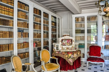 The library is pleasant, light and decorested with Louis XV and XVI furniture