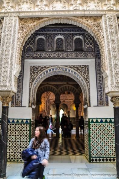Entrance to Salón de los Embajadores from Patio de las Muñecas