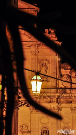 The yellow streetlights of Lecce bathes the marble in golden colours in the evening