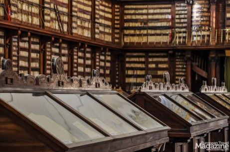 Today, the library contains approximately 400.000 volumes of books
