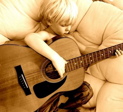 Dylan Guitar4 72dpi-2724