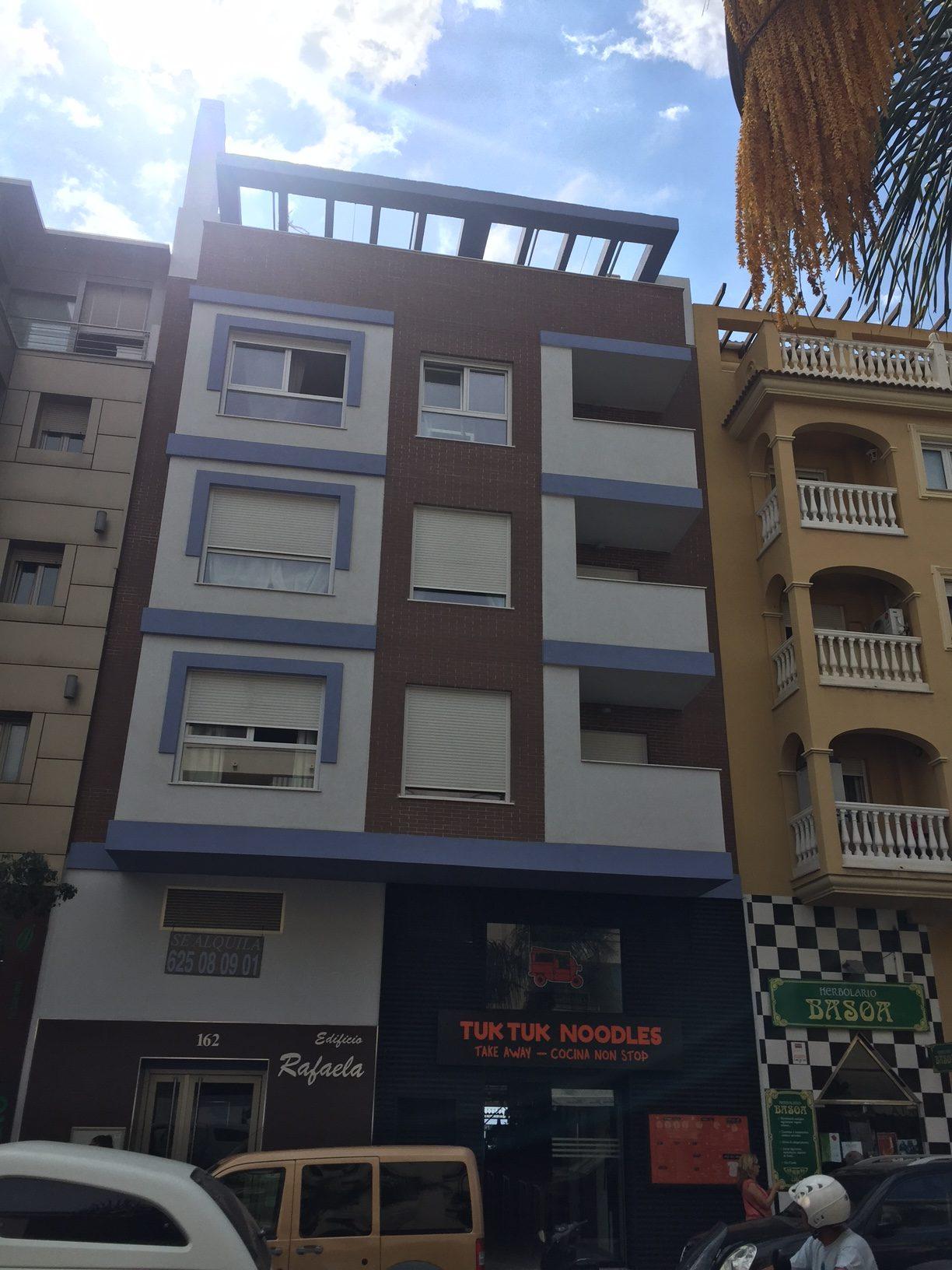 Instalación de ventanas de PVC en edificio de viviendas