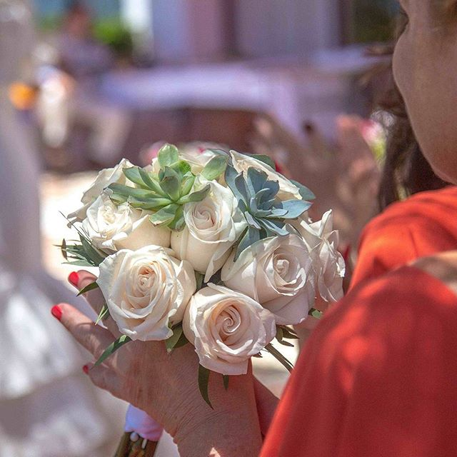 Beautiful #bouquet in #frigilliana | #love #weddings #weddingbouquet #weddingflorist #spain #destinationweddings #cranberryweddingstudio