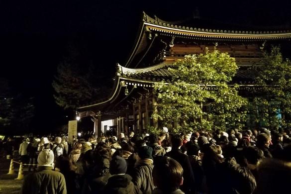 Chion-in-la-folla-Kyoto-Capodanno-Giappone-Japan.j