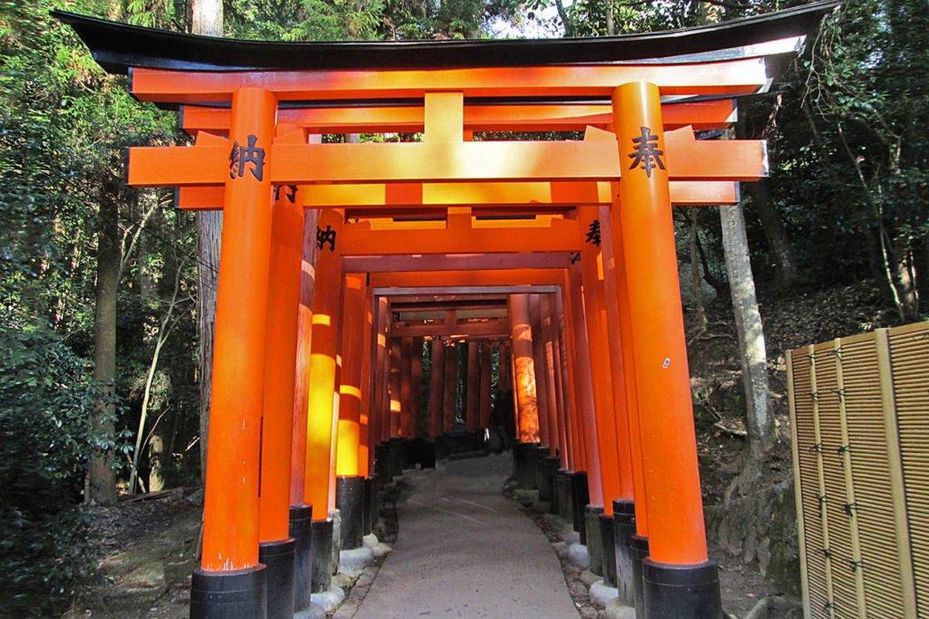 Il percorso tra gli infiniti Torii del santuario Fushimi-Inari di Kyoto