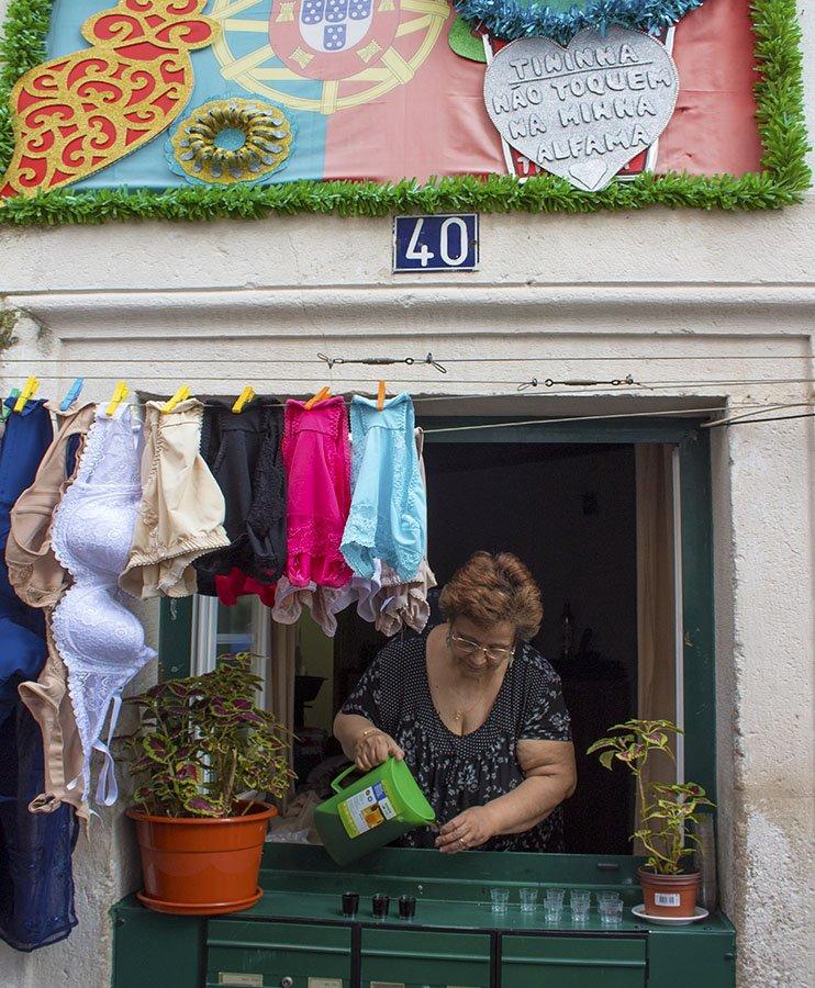 signora vende liquore-alfama-Lisbona-lisbon-Portogallo-Europe-Europa