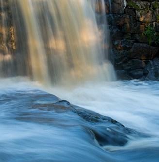 Vattenfall i kvällsljus