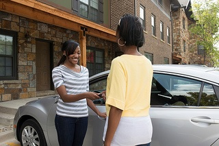 mom handing car keys to daughter