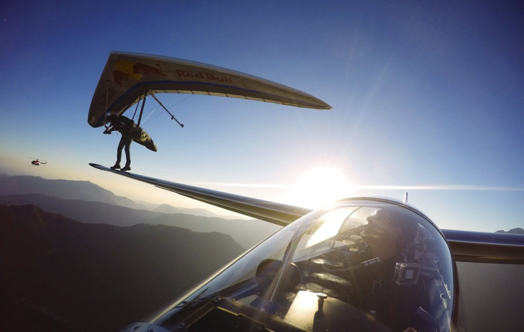 hang-glider-lands-on-wing-of-a-sail-plane