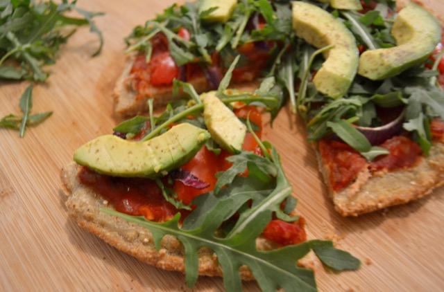 Skinny Vegan Quinoa Avocado, Rocket & Red Pepper Pizza – the best quinoa pizza recipe in the world.