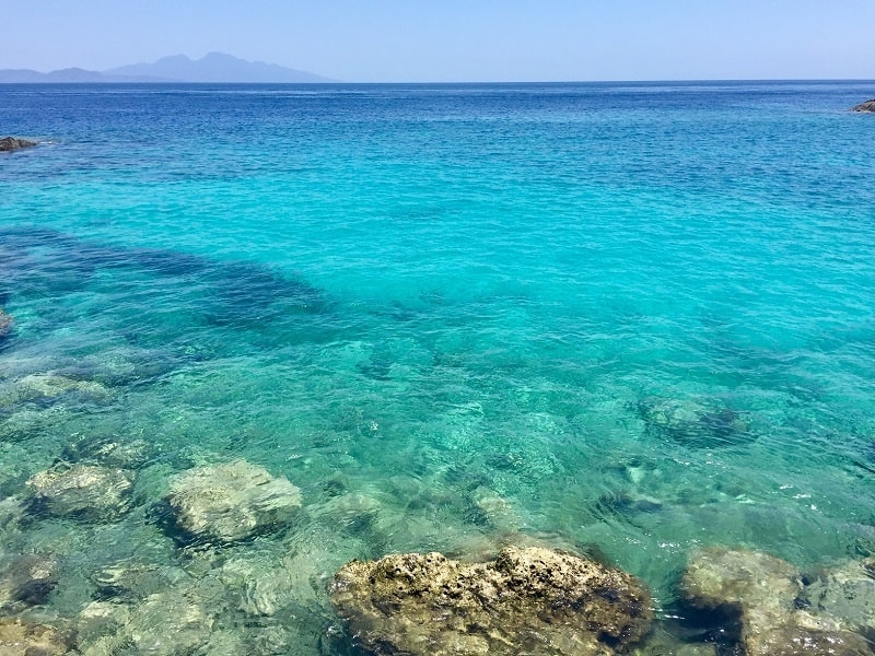 crystal clear turquoise water at nusa pendia, a spot for 2020 southeast asia travel