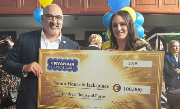 Ryanairs Aoife Greene presents cheque for 100000 Euros to Paul Morgan ... 1 e1550509013532