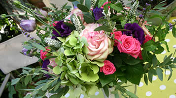 Choosing wedding flowers. guide and top tips