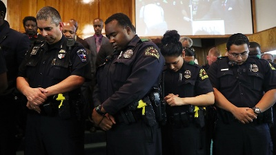 Officers-pray-at-vigil-for-fallen-Dallas-officers-jpg_20160711165424-159532-159532