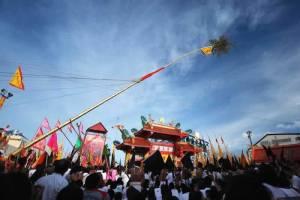Phuket Vegetarian Festival - Ritulas - Pole Raising