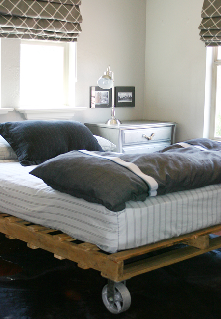 diy pallet bed with wheel