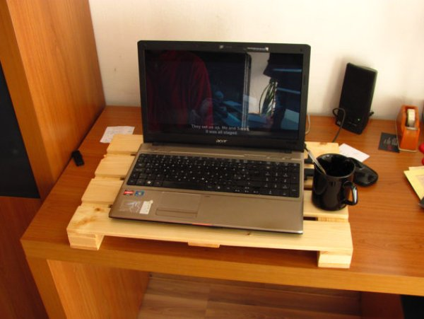 Diy Pallet Laptop Stand Easy Diy And Crafts
