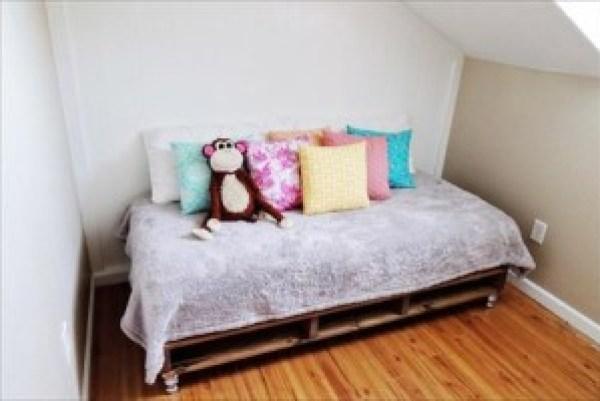 DIY Pallet Bed Design
